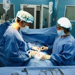 bác sĩ Lê Vũ Tân mổ cho bệnh nhân